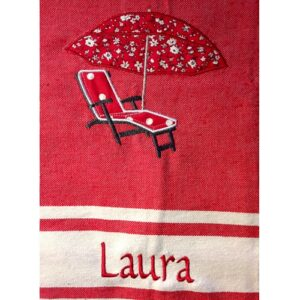 fouta-rouge-brodee-motif-chaise-longue-parasol-personnalisee-prenom_laura